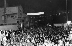 la foule devant la Mairie