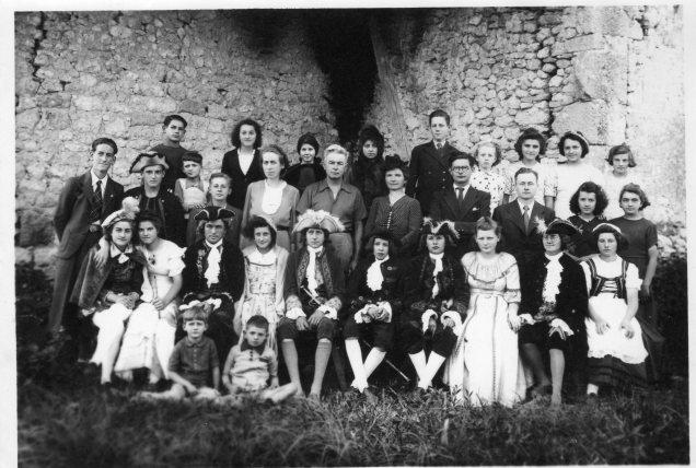 troupe-de-theatre-a-esclottes-en-1944