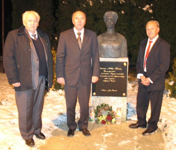 Gospoda Arbanas, Bražak i Komar polažu vijenac na spomenik M. Trnini u njezinu rodnom Vezišću (Snimio Miljenko Brezak)