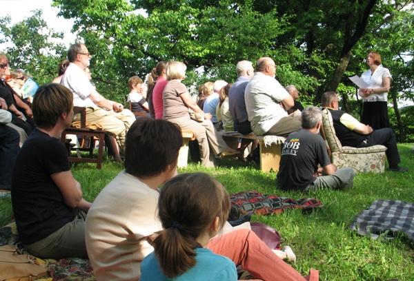Sjedeći na stolcima s prošlošću i u travi publika sluša svoju domaćicu (Snimio Miljenko Brezak/Acumen)