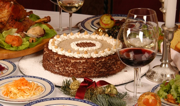 Blagdanski stol s klasičnom raskošnom tortom (Snimio Mišo Lišanin)