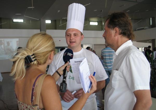 Pobjednik Zagorskoga Chefa Tomislav Kožić i voditelj kuharskoga showa Rene Bakalović daju izjave (Snimila Božica Brkan / Acumen)