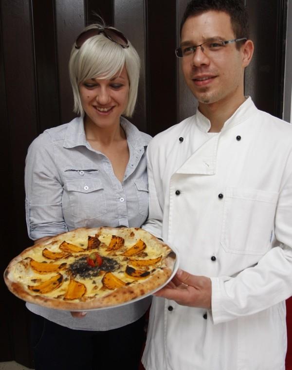 Mlada ekipa pizzerije Rošo s pizzom s bučama (Snimio Dražen Kopač / Acumen)