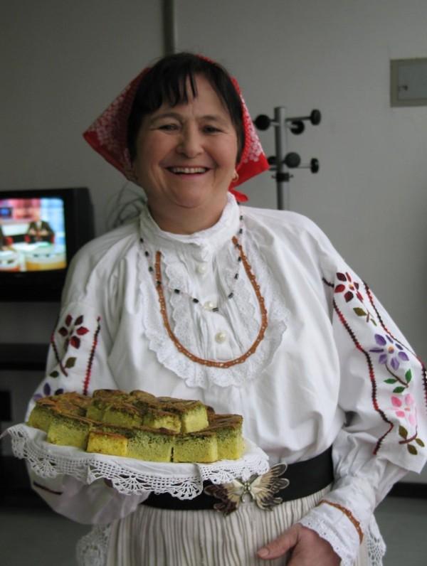 Manda Kogaj predstavlja svoj kolač u zagorskoj narodnoj nošnji kao svojevrsni jestivi suvenir (SNimila Božica Brkan / Acumen)
