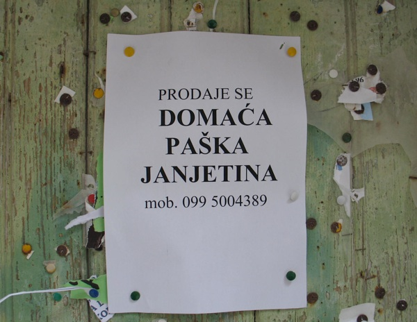 Ponuda s jednih vrata u gradu Pagu sredinom listopada 2011. godine (Snimila Božica Brkan / Acumen)