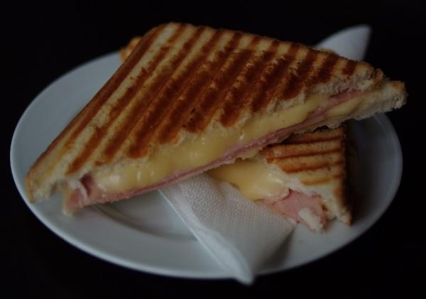 Najjednostavniji tost sa šunkom i sirom (Snimila Marina Filipović Marinshe / Acumen)