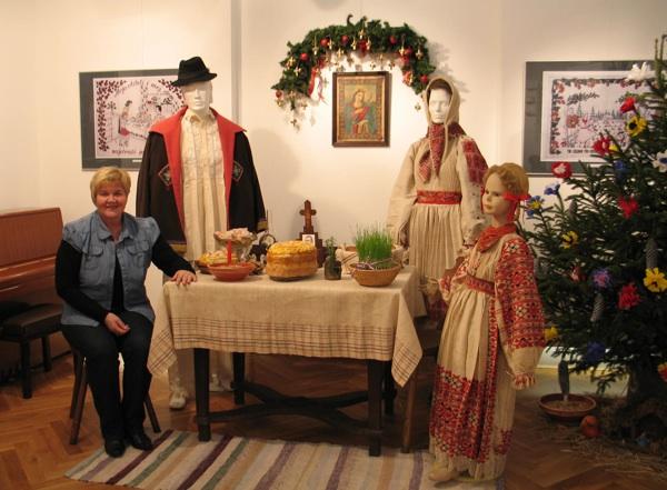 Autorica izložbe Priča o kruhu Slavica Moslavac u božićnoj sceni moslavačkoga doma, samo jednoj s izložbe (Snimila Božiza Brkan / Acumen)