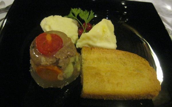 Paški baškotin na tanjuru s predjelom od još slavnije paške janjetine (Snimila Božica Brkan / Acumen)