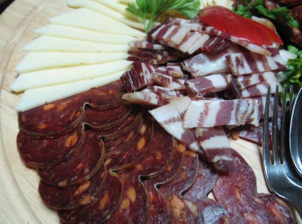 Dio baranjske plate iz Belja: kulen, slanina, sir... (Snimila Božica Brkan / Acumen)