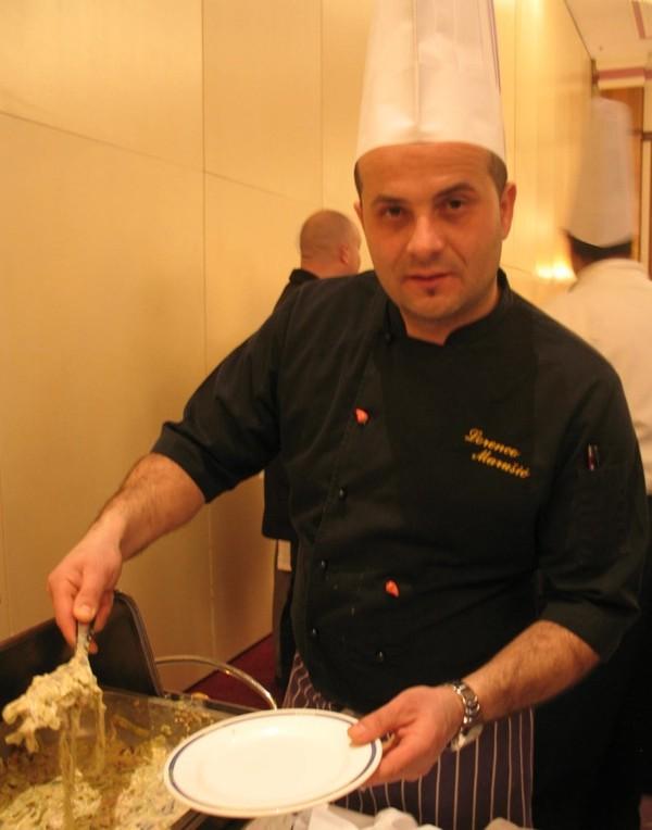 I kao promocija i kao podsjetnik: Lorenco Marušić, šef kuhinje restorana ACY Marine Umag samo je jedan od majstora koji su kreirali zanimljiva jela od domaće tjestenine (Snimila Božica Brkan / Acumen)