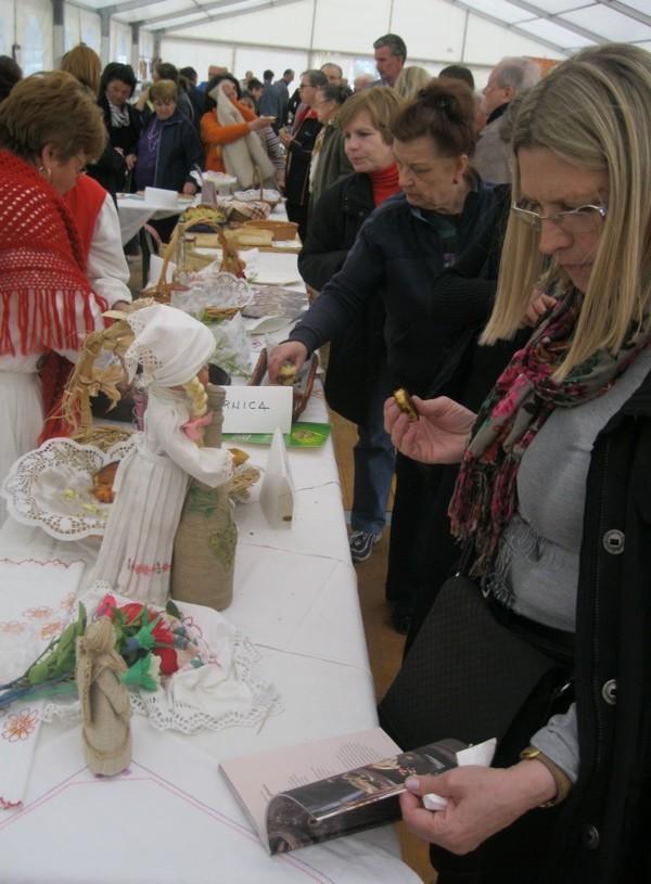 Osim jutarnjice, lopara i zlijevki posjetitelje su zanimale i knjižice s receptima s priredbi babičini kolači (Snimio Dražen Kopač / Acumen)
