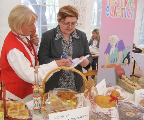 Babica Julijana Šereg tumači vašo urednici Božici Brkan razliku između obične i zlijevke sa sirom i špekom (Snimio Dražen Kopač / Acumen)