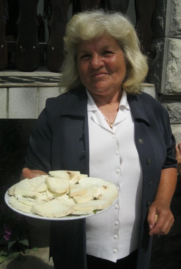 Danica Mičić predstavlja jedan od svojih sireva (Snimio Miljenko Brezak / Acumen)