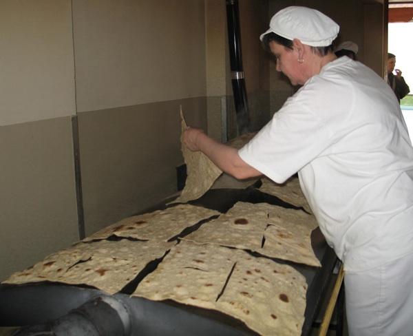 Pečenja na velikim pločama koje se zagrijavaju na plin, ali to ne utječe na domaći okus mlinaca (Snimila Božica Brkan / Acumen)