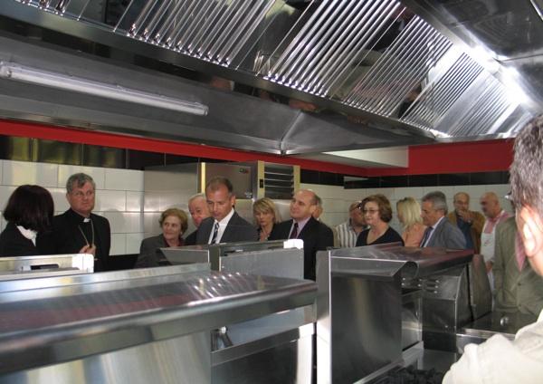 "Gosti obilaze vrhunski opremljenu kuhinju sa dvadeset ""radnih mjesta"" (Snimila Božica Brkan / Acumen)"
