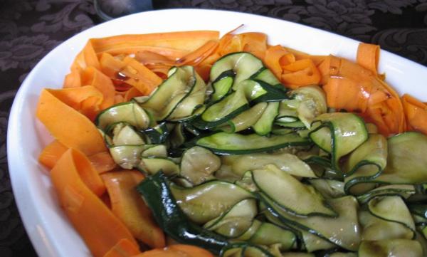 Svjetski trend s domaćim okusom na način chefa Tomislava Kožića iz BlueSun Hotela kaj iz Marije Bistrice: salata od mrkve i tikvica s bučinim uljem (Snimila Božica Brkan / Acumen)
