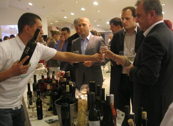 Trojica ministara dobrim zagorskim vinom nazdravljaju Svjetskom danu turizma (Snimio Miljenko Brezak / Acumen)
