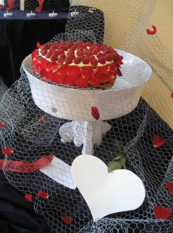 Torta Ljubav ukrašena je svježim jestivim ružinim laticama (Snimio Miljenko Brezak / Acumen)