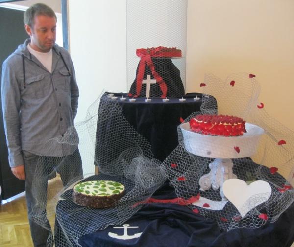 Majstor Haris Salčinović sa svojim slatkim oltarom posvećenome Nadi, Ljubavi i Vjeri (Snimio Miljenko Brezak / Acumen)