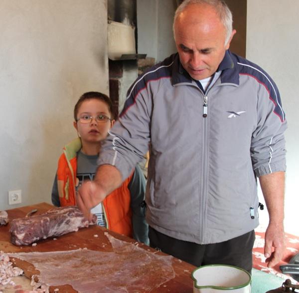 Priprema sirovih vratina u šokole (Fotografija Marija Dejanović, TZ Nin)