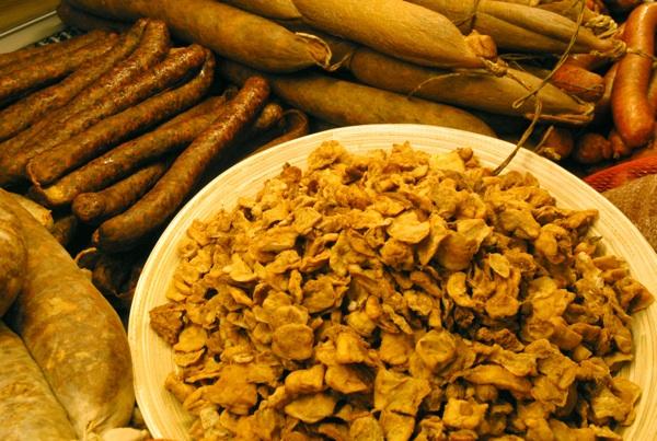 Antologijska fotografija izvornih slavonskih suhomesnatih proizvoda Miše Lišanina s otvorenja prve zagrebačke prodavaonice Tomislava Galovića, snimljena 27. studenoga 2005.