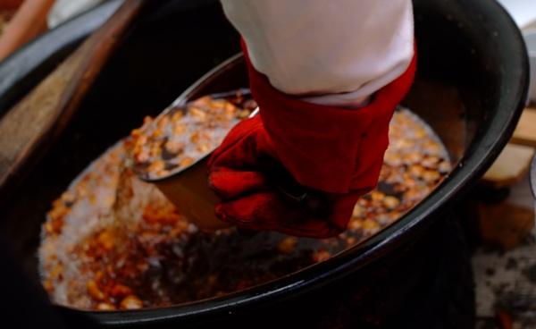 Vađenje prženih čvaraka iz vruće masti (Snimila Marina Filipović Marinshe / Acumen)