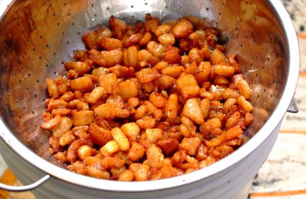 Zlaćani od zlatne slanine, snimljeni na Galovićevoj zagrebačkoj promociji izvornih slavonskih proizvoda (Snimila Marina Filipović Marinshe / Acumen)