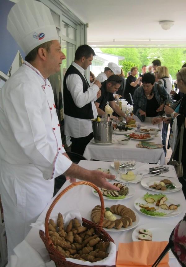 Chef Ivica Koprivnjak publici opisuje stol Toplice Hotela prije kušanja (Snimio Miljenko Brezak / Oblizeki)