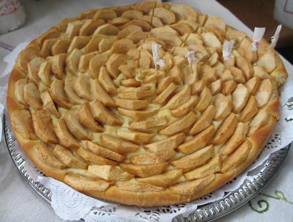 Umjesto da nadjev pokrije drugim listom tijesta Marija Bračević vrlo je slikovito složila jabuke na klasično prhko tijesto za pite  (Snimila Božica Brkan / Oblizeki)
