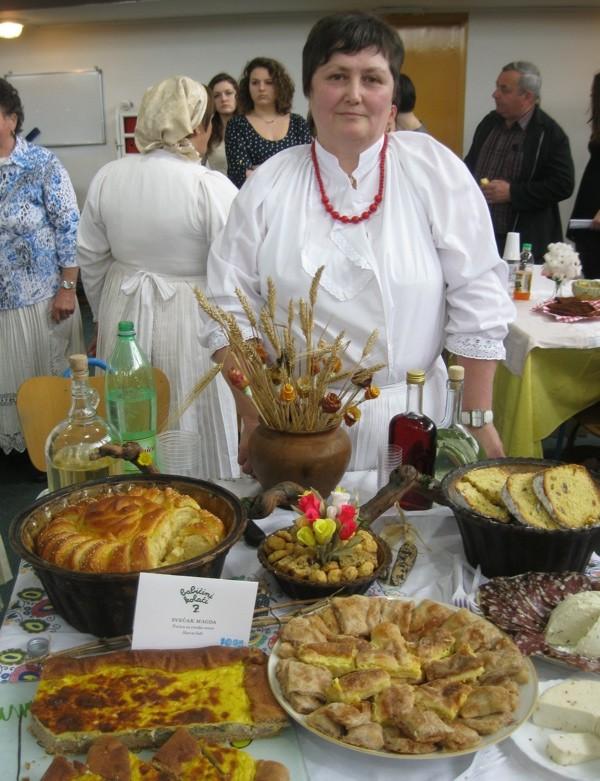 Pobjednica 7. Babičinih kolača sa svojim izložbenim stolom (Snimio Miljenko  Brezak / Oblizeki)
