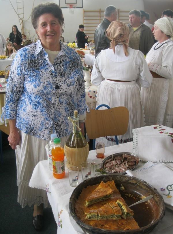 Gospođa Vidović sa svojom kreacijom od običnoga poriluka (Snimio Miljenko Brezak / Oblizeki)