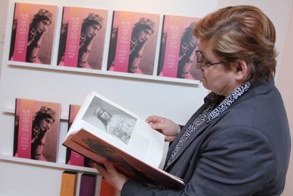 Božica Brkan, urednica Oblizeka, razgleda knjigu o slavnoj pjevačici iz svog zavičaja (Snimio Dražen Kopač / Oblizeki)