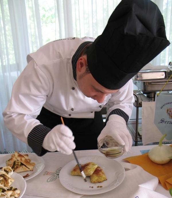 Chef Ivan Đurkin Benkotić dovršava prezentaciju svoje nagrađene bučnice s bučinim uljem (Snimila Božica Nrkan / Oblizeki)