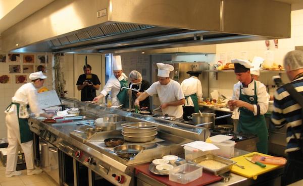 Gužva u kuhinji za vrijeme natjecanja (Snimila Božica Brkan / Oblizeki)