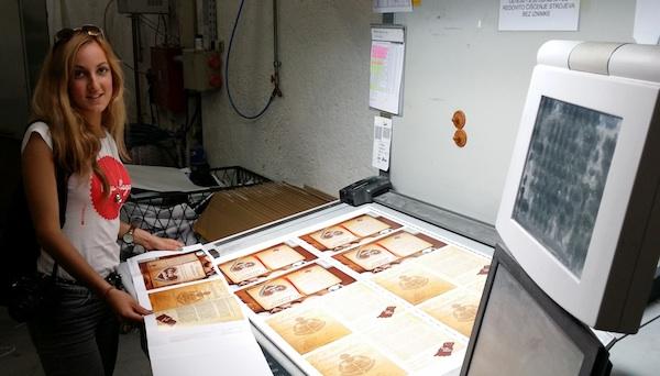 Iva Komesar u tiskari kontrolira knjižicu recepata sa svojim grafičkim rješenjem (Privatni arhiv)