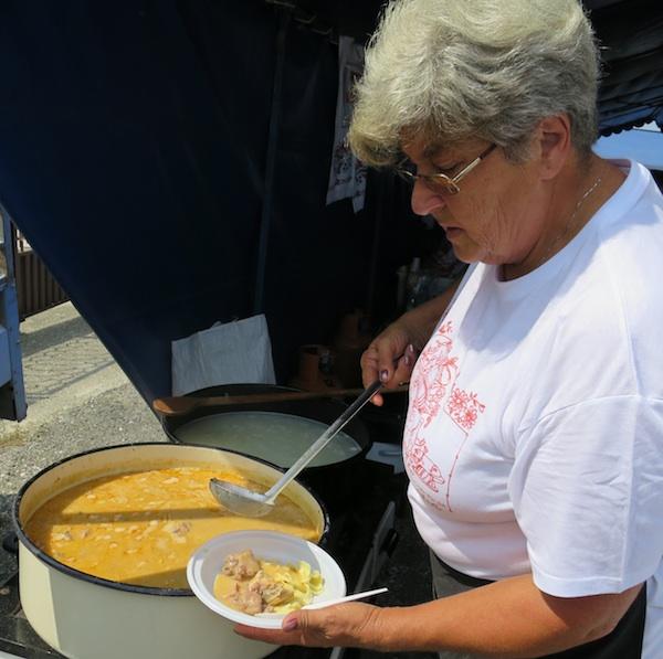 Gospođa Đurđa iz Udruge Hrebinečko srce domaćim krpicama dodaje gulaš od kokoši (Snimio Miljenko Brezak / Oblizeki)
