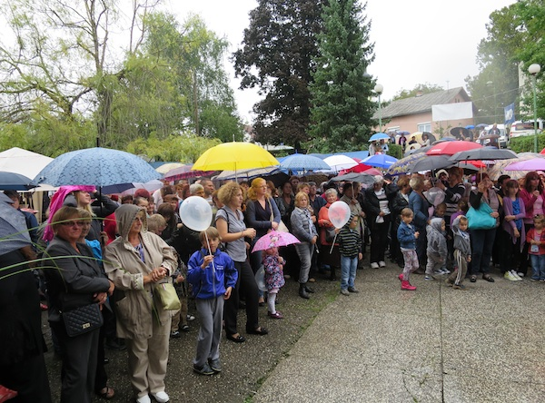 Kiša je požurila zamišljeni probram da nestrpljiva publika, najbrojnija do sada, ne pokisne (Snimio Miljenko Brezak / Oblizeki)