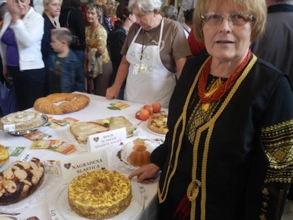 Štefka Semenjuk uza svoju tortu na kriškoj izložbi (Snimio Ivan Semenjuk / KPD Karpati)