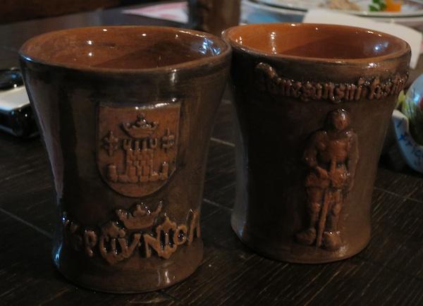 U suvenirskim keramičkim čašama za aperitiv pivo s koprivom (Snimila Božica Brkan / Oblizeki)
