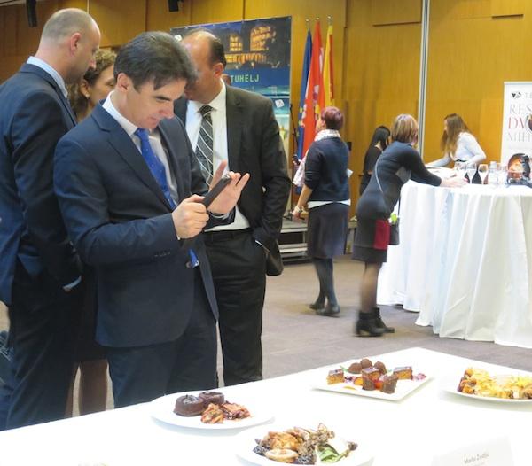 Potpredsjednik Vlade Branko Grčić i sam je poželio ovjekovječiti prezentirane kuharske kreacije (Snimila Božica Brkan / Oblizeki)