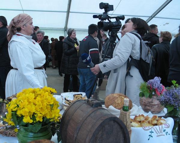 """Nada Tučkar, """"najzagorskije"""" odjevena za javnost opisuje svoj i izgled svoga stola (Snimio MIljenko Brezak / Oblizeki)"""