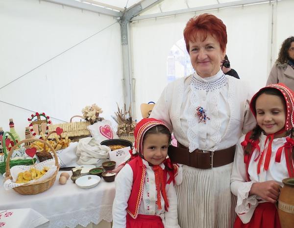 Brankica Jagić s unučicama, mlađom majom i starijom Stellom, uz svoj izlagački stol na 9. Babičinim kolačima (Snimila Božica Brkan / Oblizeki)
