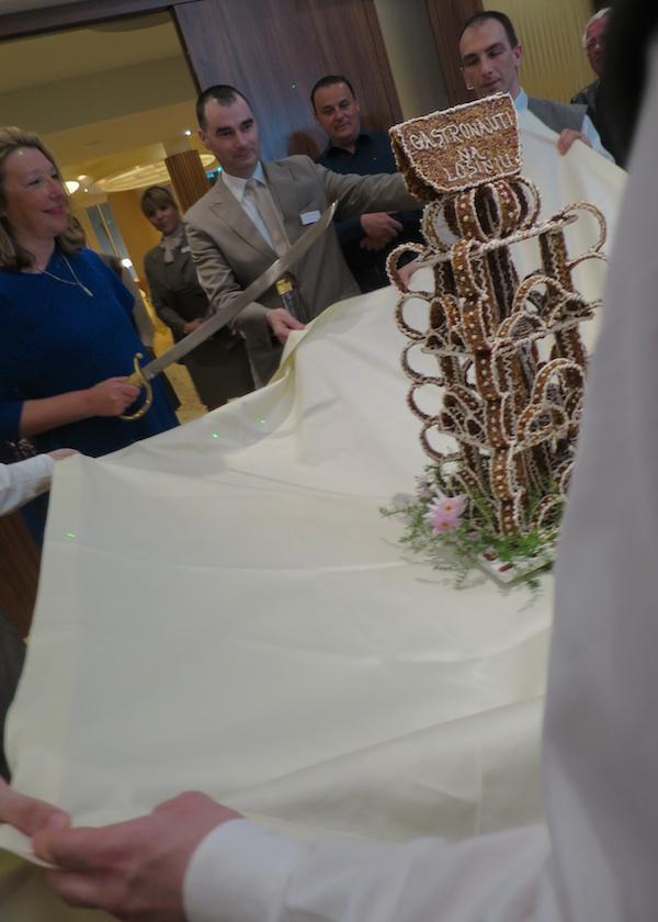 Na jednoj od večera domaćini su gastronaute, svoje goste iz cijele Hrvatske, počastili tradicionalnim krokantom koji je Karin Mimica, osnivačica Kluba Gastronaut, imala čst razbiti mačem (Snimila Božica Brkan)