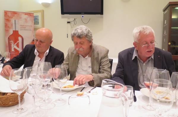 Majstori u raspravi zdesna nalijevo: Ivan Dropuljić, direktor zagrebačkoga Međunarodnog festivala vina i kulinarstva, te vinski novinari Željko Suhadolnik i Tomislav Radić (Snimila Božica Brkan)
