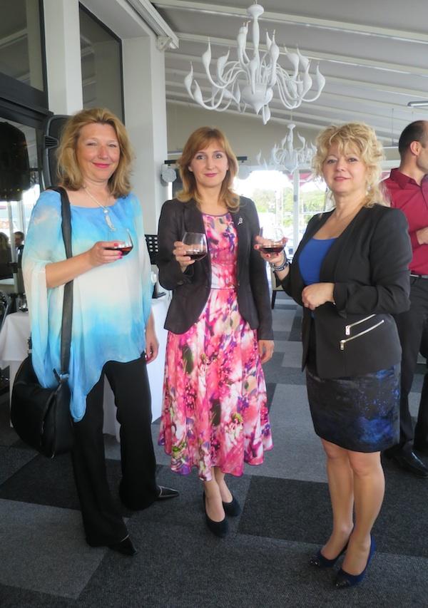 Tri glavne dame: Karin Mimica iz Gastronauta, Nataša Jurina iz TZ grada Krka i Tatjana Frančišković iz Uprave Hotela Krk (Snimila Božica Brkan / Oblizeki)