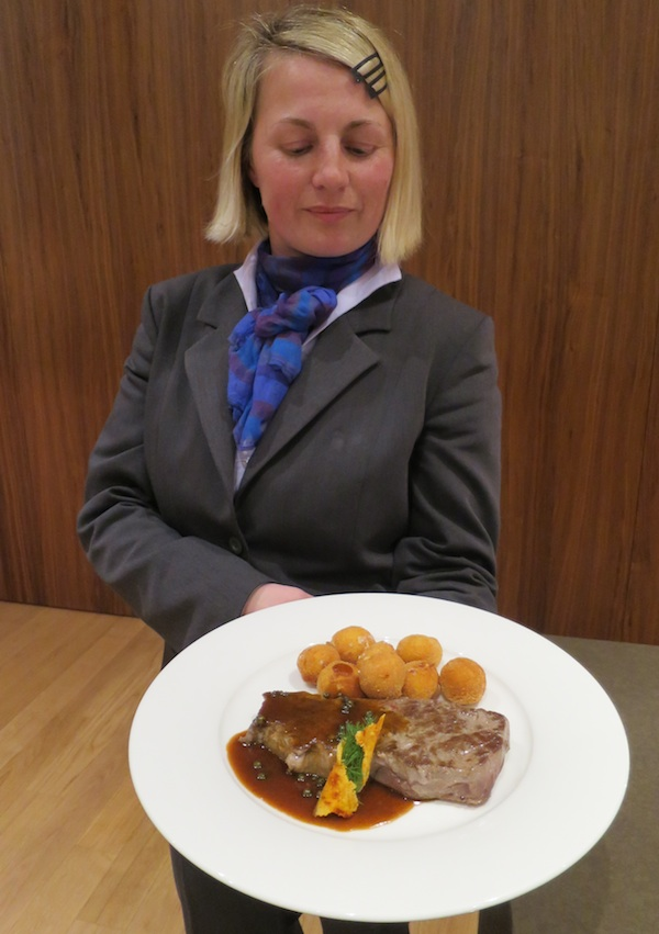 Restoran Puna ponosno je predstavio svoj ramstek u umaku od zelenoga paprka s okruglicama od svježega kravljeg sira (Snimio MIljenko Brezak / Oblizeki)