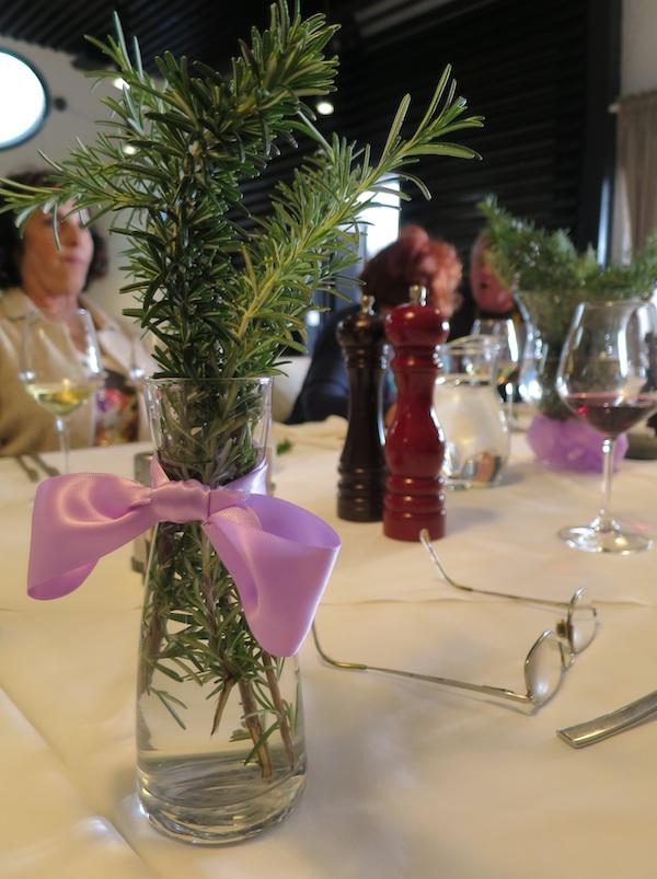 Na stolu vaza s ružmarinom u Velome žalu (Snimila Božica Brkan / Oblizeki)