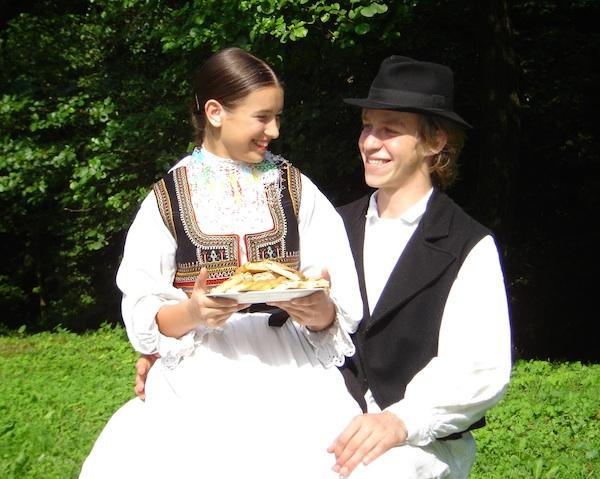 """Mladi folkloraši KUD-a """"Oštrc"""" iz Ruda sa svojom drevnom slasticom (Fotografija KUD """"Otrc"""")"""