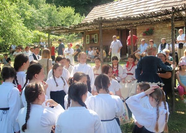 U očekivanju rezultata folklorna priredba (Snimio Tibor Martan / Oblizeki)