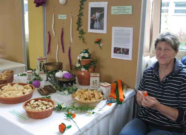 Uz stol sa slasticama Ana martan izrađivala je starinsko cvijeće od krep papira (Snimio Miljenko Brezak / Oblizeki)